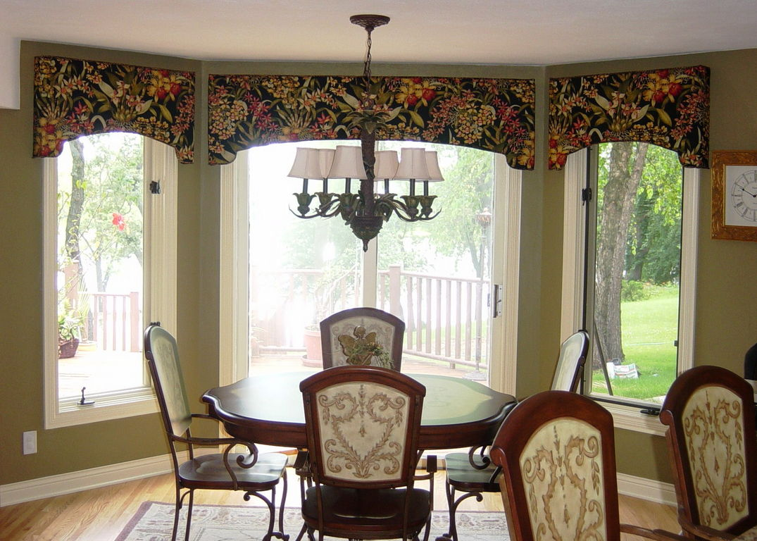 Kitchen Bay Window With Arched Cornices In A Tropical Print Black Background